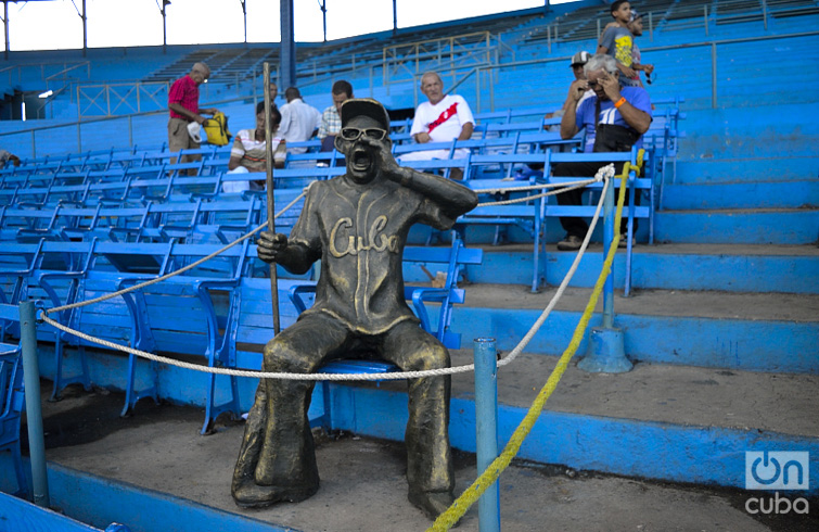 Escultura en memoria de Armandito el Tintorero, del artista de la plástica José Villa Soberón. Eligió la silla donde siempre se sentaba este aficionado amante del Béisbol en Cuba. Foto: Otmaro Rodríguez.