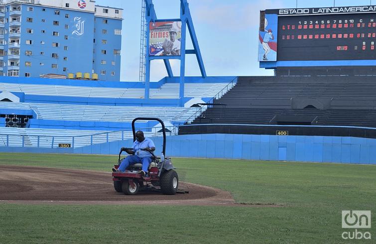 Antes del partido se prepara el terreno. Foto: Otmaro Rodríguez.