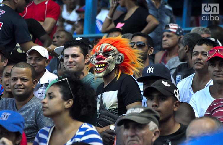 Caretas utilizadas por fanáticos. Foto:Otmaro Rodríguez.