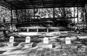 El yate Pilar. Delante, las tumbas de cuatro de los perros de Hemingway. Foto: Otmaro Rodríguez.